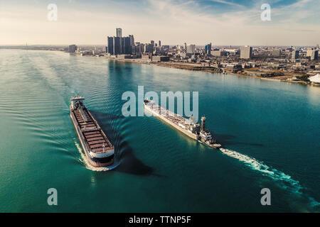 Vue aérienne de navires porte-conteneurs sur la rivière contre ciel en ville