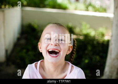 High angle portrait of cute girl laughing at park Banque D'Images