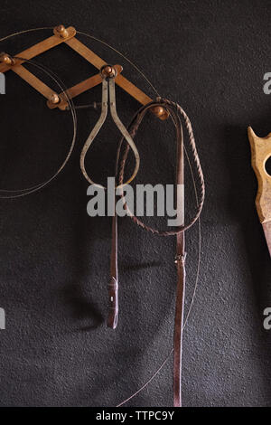 Outils de travail hanging on wall Banque D'Images