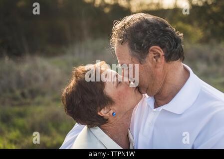 Close up of senior couple relaxing en dehors de rétro-éclairage Banque D'Images