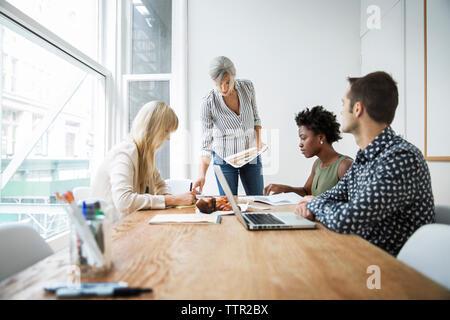 Gestionnaire de discuter stratégie avec des femmes cadres dans la salle du conseil Banque D'Images