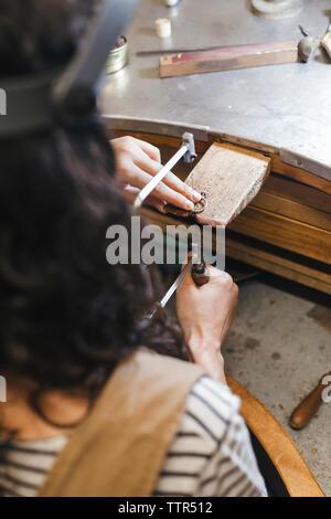 Les mains coupées de l'enseignement professeur, étudiant à faire sonner sur la table dans l'atelier