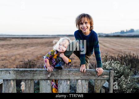 Portrait de l'adorable sœur frère jambe tenue en audience à park