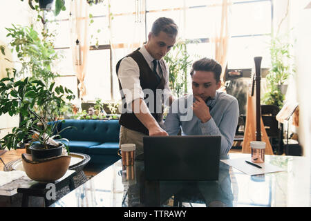 L'homme gay boyfriend directeurs lors de l'utilisation d'un ordinateur portable à la maison Banque D'Images
