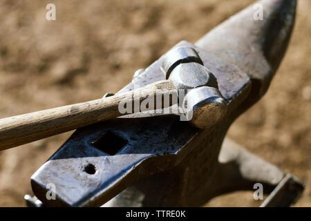 Portrait de marteau et enclume sur terrain Banque D'Images