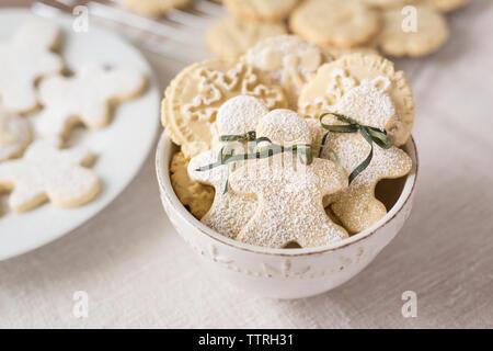 Close-up of gingerbread cookies dans un bol sur la table Banque D'Images