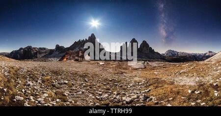 Vue panoramique des Tre Cime di Lavaredo contre le ciel de nuit Banque D'Images
