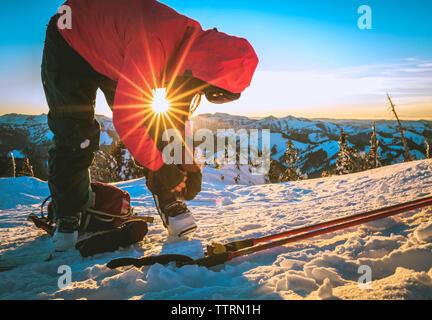 Femme préparant pour le ski sur la neige domaine