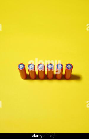 Portrait de batteries sur fond jaune Banque D'Images