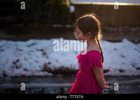 Jeune fille de 11 ans la lecture dune feuille de route