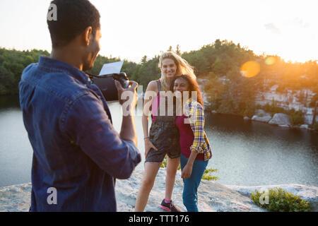 Jeune homme photographier ses amis grâce à la caméra au cours locations Banque D'Images