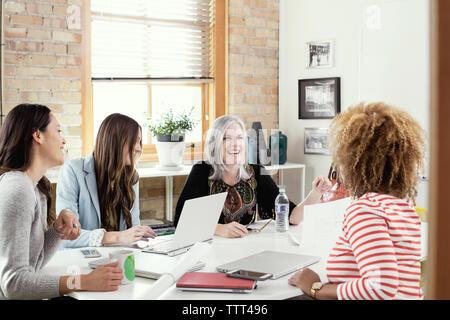 Mature businesswoman discuter avec les femmes cadres dans la salle du conseil d'administration Banque D'Images