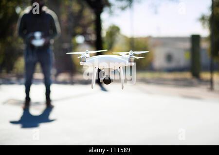 Close-up of drone exploités par l'homme en basket-ball Banque D'Images