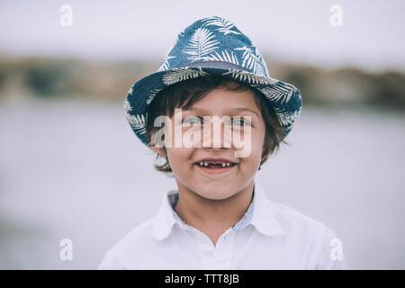 Portrait of happy boy standing against sky Banque D'Images