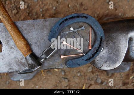 Vue de dessus avec un marteau et de clous en fer à cheval sur enclume Banque D'Images