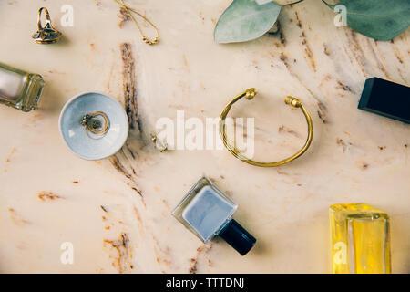 Vue aérienne de produits de beauté avec des bijoux sur du marbre Banque D'Images