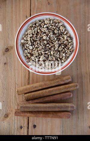 Portrait de matières des grains de café et les cigares sur table en bois Banque D'Images