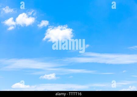 Grand bleu ciel ensoleillé avec des nuages blancs. Ciel bleu avec des gros plan de nuages. Les nuages blancs moelleux dans le ciel bleu. Banque D'Images
