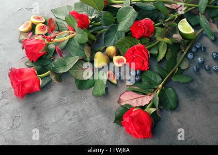 Belles roses rouges, figues et les bleuets sur grunge background Banque D'Images