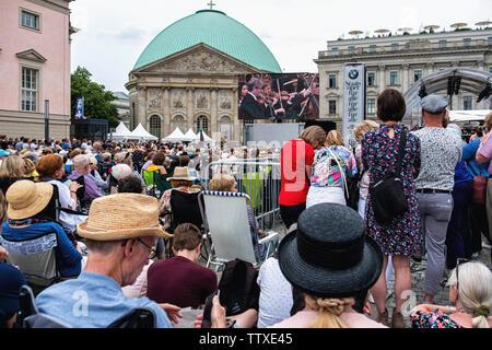 Berlin. Allemagne, 16 juin 2019. Les foules se rassemblent à la Bebelplatz en face de la cathédrale d'Hedwige dans Unter den Linden pour le Staatsoper annuelle gratuite Banque D'Images