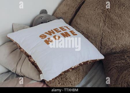 Oreillers confortables et les jouets des enfants lying on bed