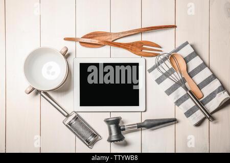 Des ustensiles de cuisine avec table en bois sur tablette Banque D'Images