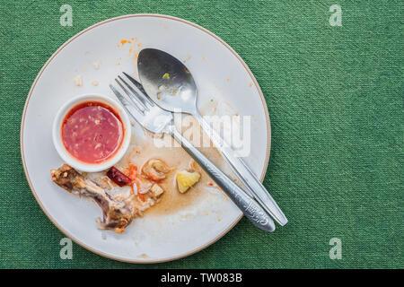 Vue du dessus de la plaque vide, sale après le repas est terminé sur tablet with copy space Banque D'Images