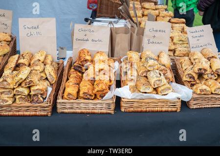 Rouleau de saucisse décroche à pied Park food festival. With Stonor, Henley-on-Thames, Oxfordshire, Angleterre Banque D'Images