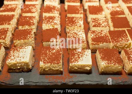 Tiramisu décoré sur le buffet de desserts. Sweet paradise. Banque D'Images