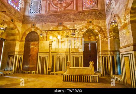Le CAIRE, ÉGYPTE - Le 22 décembre 2017: Le temple de pierre ouvragée Mausolée Amir Khayrbak, décoré de motifs colorés, sculpté de la calligraphie et de nuances de Banque D'Images