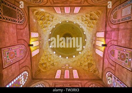 Le CAIRE, ÉGYPTE - Le 22 décembre 2017: les belles pierres de dôme de mausolée Amir Khayrbak avec décoration muqarnas et des vitraux, Banque D'Images