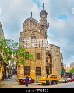 Le CAIRE, ÉGYPTE - Le 22 décembre 2017: la cité médiévale de la mosquée al-Muhammadi Qanibay avec dôme en zigzag sculpté, minaret, décoré de muqarnas et secours pat Banque D'Images