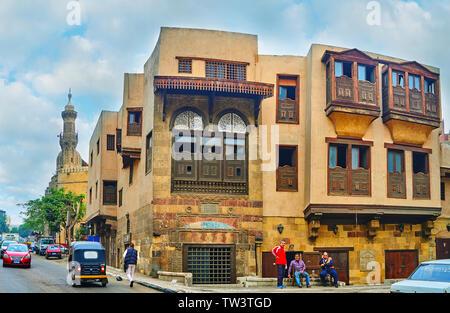 Le CAIRE, ÉGYPTE - Le 22 décembre 2017: Explorer l'architecture historique d'Al-Saleeba avec rue des manoirs traditionnels, décorés avec wwoden sculpté balconi Banque D'Images