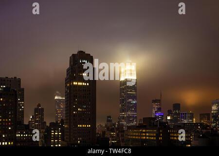 New York, USA. 5 mai, 2019. City skyline at night. Vue aérienne de grattes-ciel de Manhattan et l'Empire state building, éclairé