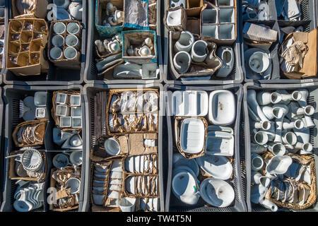 Chamonix, France - 23 mars 2019: divers articles en porcelaine blanche sur l'affichage dans les bacs caisses et boîtes en marché le samedi place à Chamonix F