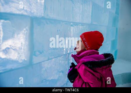 Girl licking ice en brique de l'Hôtel de Glace