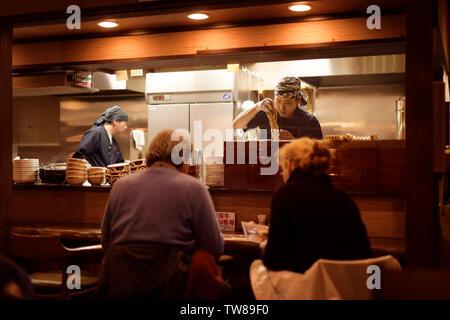 Chefs travaillant dans un restaurant de nouilles ramen soba japonais à Takayama, préfecture de Gifu au Japon. Banque D'Images
