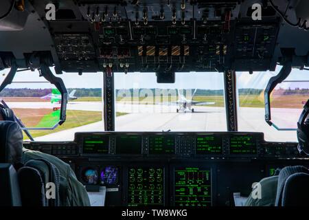Les Marines américains avec l'Escadron de transport de ravitaillement aérien maritime 234, groupe d'aéronefs 41 Marine Marine Aircraft Wing, 4e, se préparer pour le décollage d'un KC-130 Hercules lors d'une transformation en mission de formation à la Base des Forces canadiennes Cold Lake, Canada, le 17 juin 2019, à l'appui de Sentinel Edge 19. Escadrons MARFORRES participer à SE19 à la fois complètes annuels de formation et d'accroître l'état de préparation de l'unité et de compétence. (U.S. Marine Corps photo par le Sgt. Andy O. Martinez)
