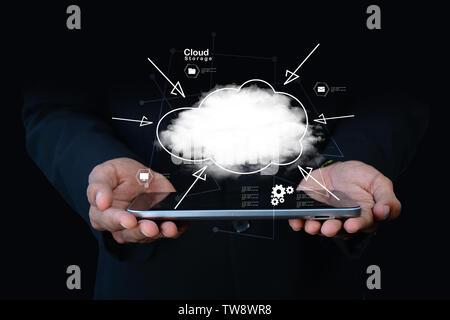 Businessman holding cloud network icône sur tablet computer