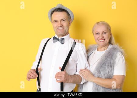 Portrait de retraités élégante sur un fond de couleur Banque D'Images