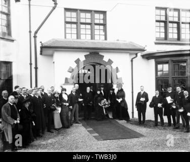 St Mary's Home pour les filles, Sandy Lane, Cheam, Surrey -- des gens vêtus de noir, se sont réunis à l'extérieur de l'entrée, probablement pour un enterrement. Date: début du xxe siècle Banque D'Images