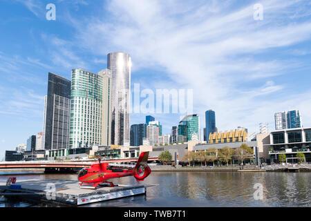 Avec l'hélicoptère de l'héliport sur la rivière Yarra, dans le quartier d'affaires de Melbourne.