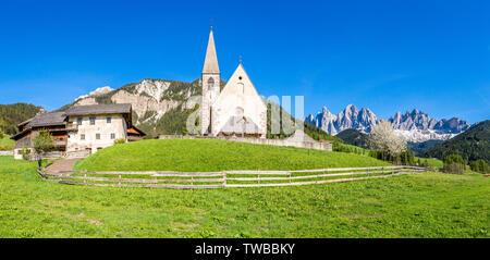 Vue panoramique de l'église Santa Maddalena et Odle pics, Funes Vallée, Dolomites, la province de Bolzano, le Tyrol du Sud, Italie Banque D'Images