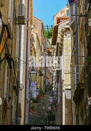 L'une des nombreuses rues étroites de la Stradun ou de la rue principale dans la vieille ville de Dubrovnik, Croatie Banque D'Images