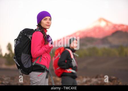 Les randonnées en montagne. Couple randonneur avec sac à dos dans les montagnes de haute altitude. Jeune femme randonneur dans l'accent de la randonnée au coucher du soleil Tenerife, Canaries, Espagne. Banque D'Images