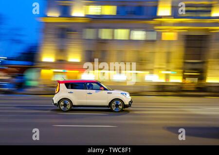 Location à haute vitesse avec une image floue sur l'arrière-plan de la ville dans le noir Banque D'Images