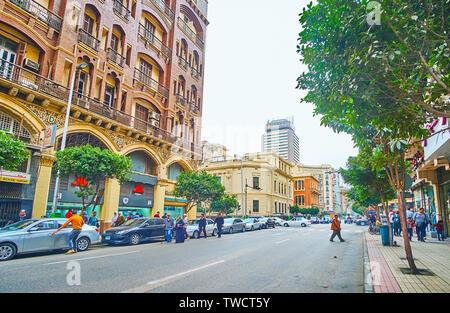 Le CAIRE, ÉGYPTE - Le 22 décembre 2017: Visiter le centre-ville, la marche de l'une de ses rues pittoresques de Mohamed Farid avec édifices historiques, magasins et restaurant Banque D'Images