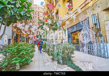 Le CAIRE, ÉGYPTE - Le 22 décembre 2017: Le petit jardin dans une des ruelles du centre-ville, décorées avec des installations de Noël de cerfs et de suspendre des s Banque D'Images