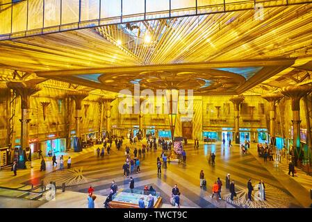 Le CAIRE, ÉGYPTE - Le 22 décembre 2017: Le Hall panoramique de Ramses (Misr) Gare, décorées avec inveted pyramide, suspendu au plafond et colum Banque D'Images
