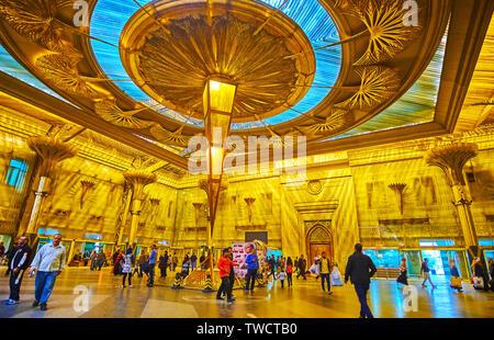 Le CAIRE, ÉGYPTE - Le 22 décembre 2017: l'intérieur splendide de Ramses (Misr) Gare, décoré avec des motifs, y compris les pyramides égyptiennes Banque D'Images